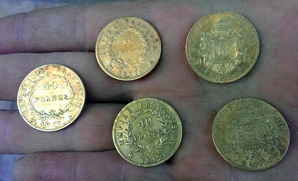 un utilisateur de detecteur de metaux trouve 5 monnaie napoleon 1er en or