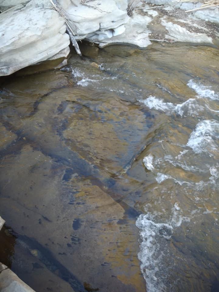fissures dans le bedrock en orpaillage