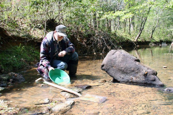 un orpaillage qui cherche de l'or en rivière
