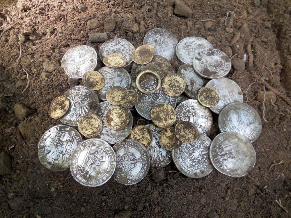 Un tr sor d 39 argent et d 39 or trouv au d tecteur en pologne le fouilleur - Detecteur de metaux pour mur ...