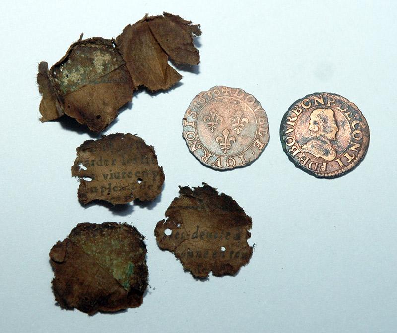2 double tournois trouvés au détecteur de métaux dans du papier d'époque
