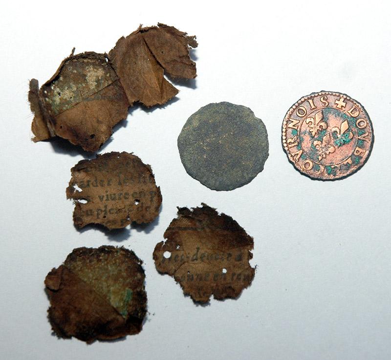 monnaies avec leur papier trouvées avec un détecteur de métaux en foret