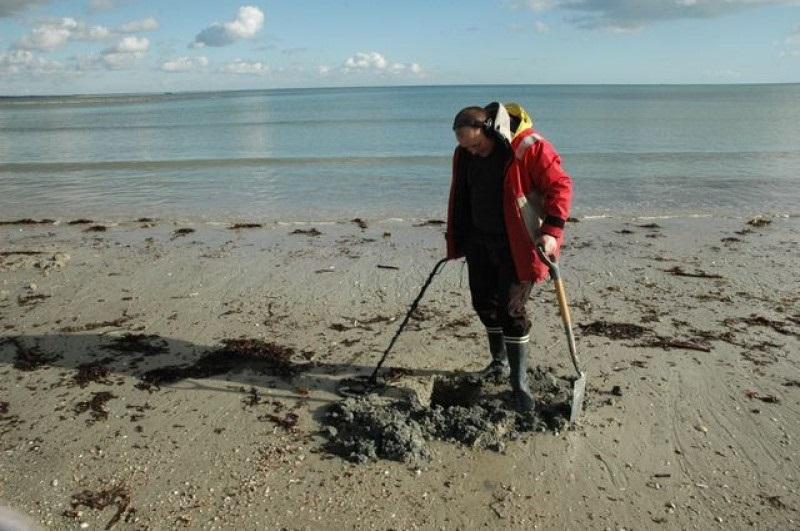 detectoriste dans une plage en méditerranée