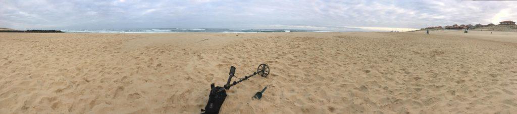 panoramique de la plage avec detecteur de metaux
